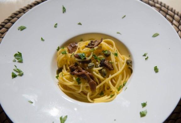 Espaguetis con setas y alcaparras