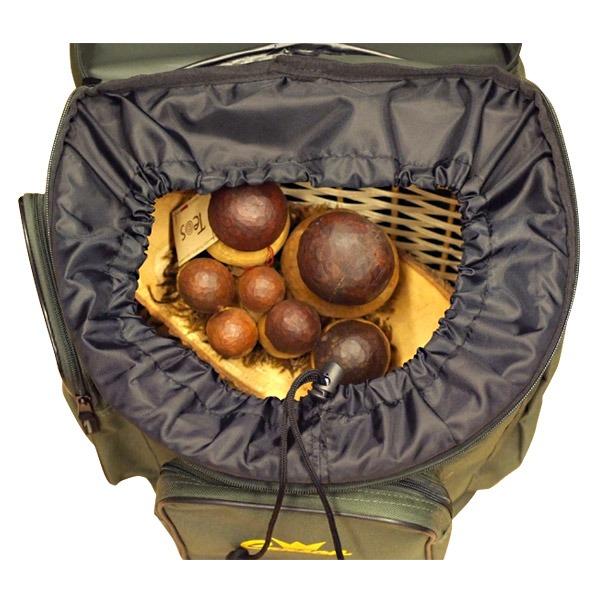 mochila con cesto de mimbre